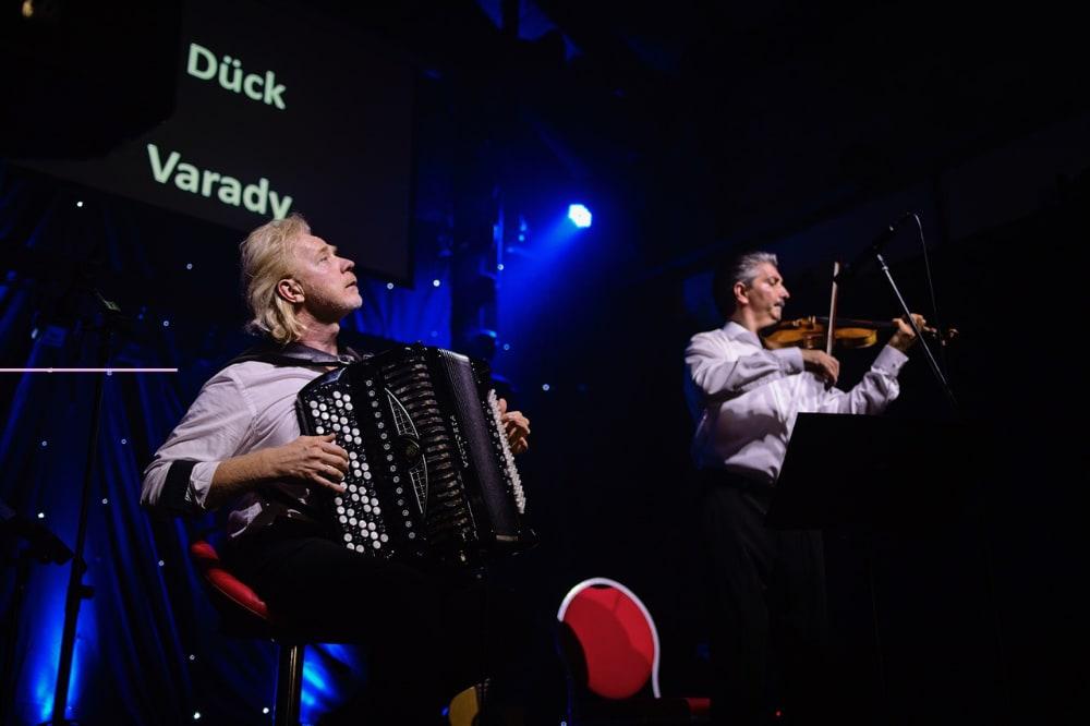 """""""Paraphrase"""" - Das russisch-ungarische Duo Schach Matt präsentiert temperamentvolle, vielfältige Musik mit Bajan und Violine"""